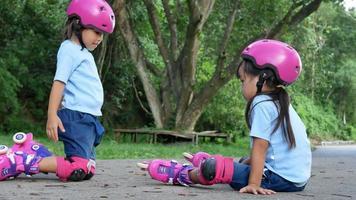 duas irmãs irmãs usando almofadas de proteção e segurança. video