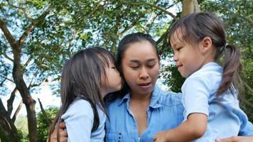 deux petites filles fraternelles avec maman qui rient et s'embrassent. video