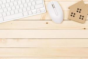 Mesa de escritorio de oficina del lugar de trabajo moderno con ordenador portátil sobre mesa de madera foto