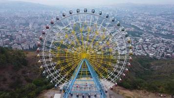ruota panoramica sulla montagna sopra l'antenna della città video