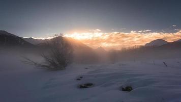 nascer do sol de inverno nas montanhas com névoa se movendo video