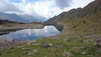 diga di montagna in un lago artificiale video