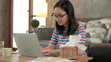 femme asiatique utilisant un ordinateur portable pour le travail à domicile et l'apprentissage en ligne. video