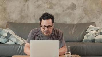 två frilansande startkollegor som arbetar hemifrån med en bärbar dator. video