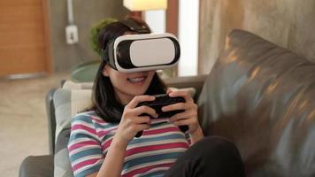 asiatische Frau mit VR-Brille-Headset und Game Joys Controller. video