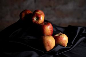 composición de manzanas rojas y satén negro foto