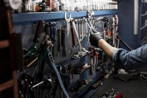 Banco de trabajo para bicicletas en la tienda. foto