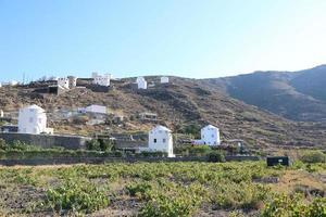 Bodegas y molinos de viento en Santorini, Grecia foto