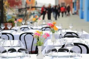 Asiento de la terraza del restaurante en Venecia Italia foto