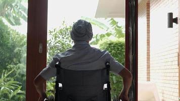 Paciente de cáncer masculino mayor discapacitado, soledad en casa. video
