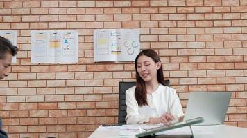 reunión de hombre de discapacidad de negocios con gerente femenina. video