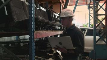 ingénieur masculin caucasien d'une usine d'entrepôt de pièces automobiles. video