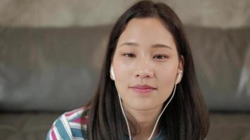 mujer asiática charlando desde la webcam para la reunión en línea. video