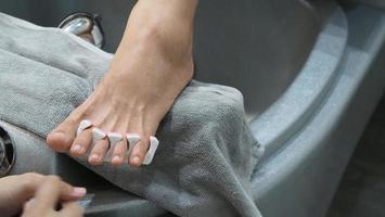 Spa para pies. mujer pies descalzos masaje en máquina de agua y jabón en la tienda del spa. foto