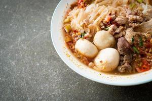 fideos con carne de cerdo y albóndigas en sopa picante foto