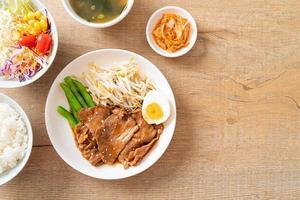 salteado de cerdo teriyaki con semillas de sésamo y huevo cocido y arroz foto