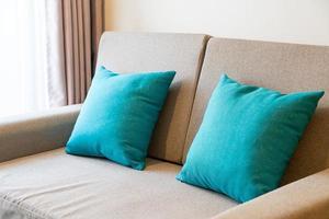 Decoración de almohadas cómodas en el sofá. foto
