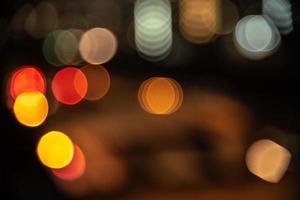 Fondo borroso de la luz de la ciudad en la vida nocturna. foto