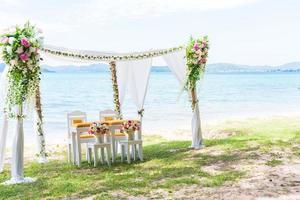 Arco de boda en la playa con espacio de copia a la derecha foto