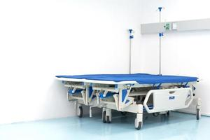 dos camas de hospital en la esquina de la habitación. hospital y sala de emergencias foto