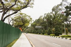 camino entre la naturaleza y el sitio de construcción en kuala lumpur, malasia. foto