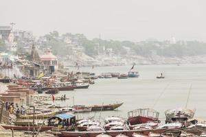 varanasi, india. ciudad con ritual ardiente en el río sagrado ganges. foto