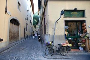 Paisaje urbano de callejón en Florencia, Italia. foto