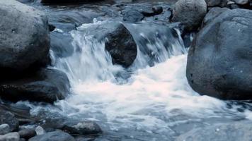Le ruisseau de la rivière coule sur les rochers video
