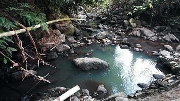 rivière calme et les rochers video