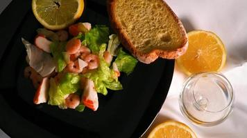 Composición de ensalada de pescado en placa negra video