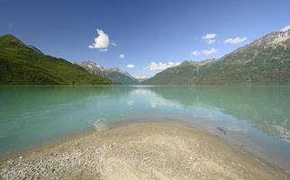 lago alpino en el desierto foto