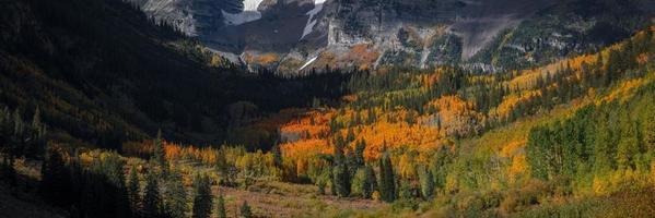 follaje de otoño en el área de recreación de maroon bells foto
