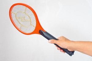 mano sosteniendo una raqueta de mosquitos que funciona con pilas foto