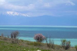 Lago egirdir en isparta turquía en primavera con montañas nevadas foto