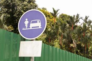 señal de tráfico azul para bicicletas y coches en kuala lumpur. foto