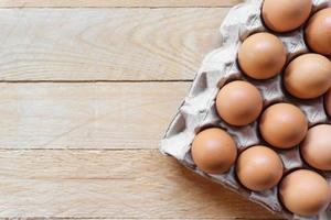 Vista superior de los huevos en el paquete sobre la mesa con espacio de copia foto