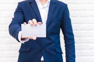 hombre de negocios mostrando papel blanco foto