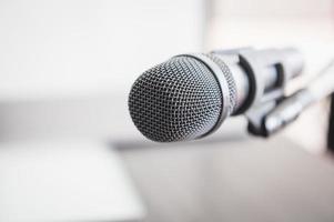 Primer plano del micrófono en el podio de la sala de conferencias foto
