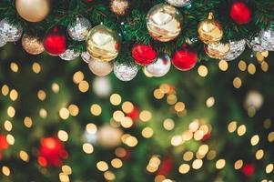 Primer plano de decorar el ornamento en el árbol de navidad foto