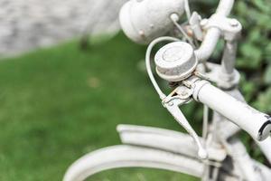 bicicleta blanca en el fondo del jardín. concepto vintage y naturaleza. foto