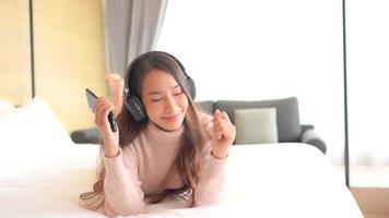 mujer usa teléfono inteligente para escuchar música video