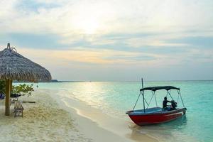 viaje en barco desde la isla del atolón rasdhoo, maldivas a madivaru finolhu y kuramathi foto