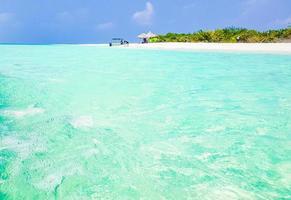 Agua clara en Sandbank Islands Madivaru y Finolhu en el atolón de Rasdhoo, Maldivas foto