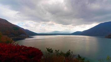 bellissima natura a kawaguchiko con montagna fuji in giappone video