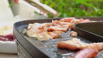 shabu asiático, asado de cerdo, calamares y tocino en una sartén ahumada de buffet. video
