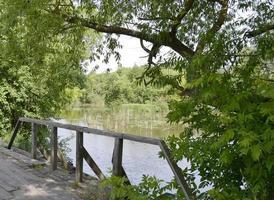 puente de madera sobre el río foto