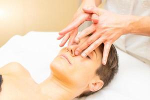 un relajante masaje de belleza para una mujer joven con un detalle de nariz foto