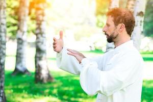 un instructor de práctica de tai chi chuan en el parque. foto