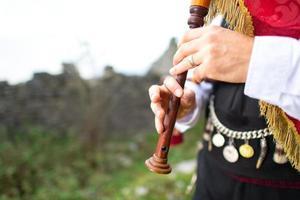 Detalle de jugador de gaita. con vestimenta tradicional foto