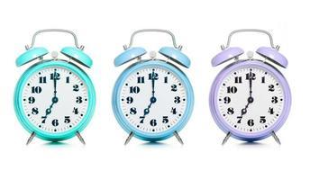 Tres coloridos relojes de alarma sobre un fondo blanco. foto